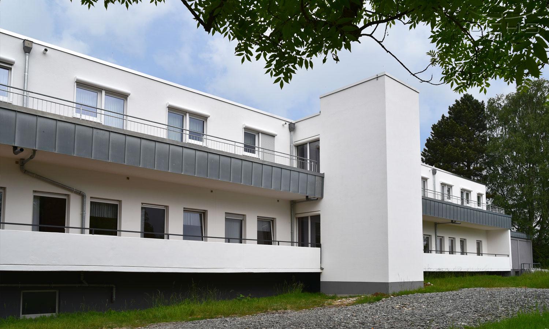 Dachaufstockung Seniorenzentrum mit Balkone und Aufzug